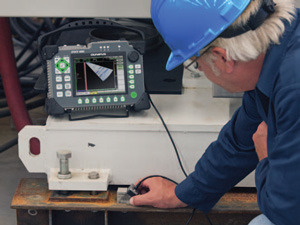 """检测人员正在演示45°聚焦法则的AWS""""D""""值焊缝定级显示"""